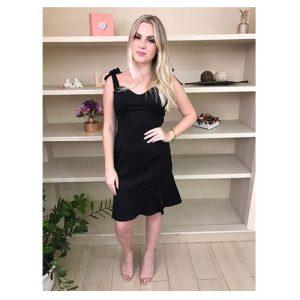 Vestido tubinho preto, com fenda na barra