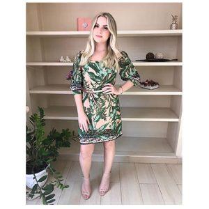 Vestido curto estampa folhas, com detalhe franzido