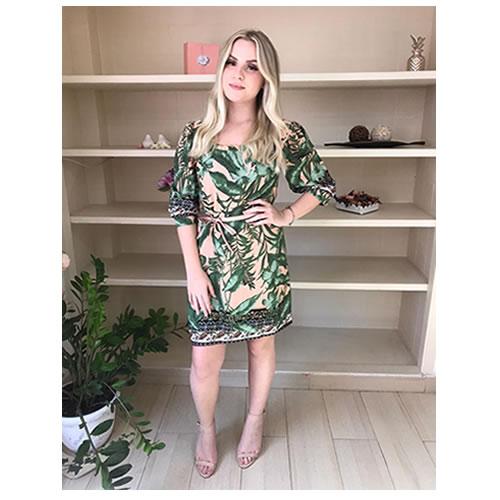 Vestido curto estampa folhas, com detalhe franzido no decote, mangas 7/8 semi bufantes, amarração em couro ecológico Estampa folhas