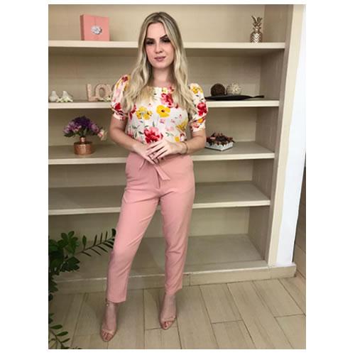 Blusa meia manga bufante floral com detalhe franzido no decote casual chic