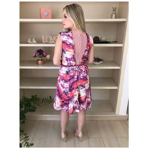 Vestido de festa estampa floral, bordado com pedraria no decote e cintura, babado na barra