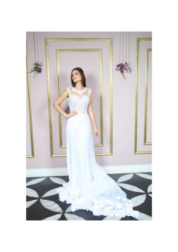 Vestido de noiva com busto de renda bordada e saia em renda chantily e aplicação na saia em flores 3D com pedraria e cauda em flores 3D