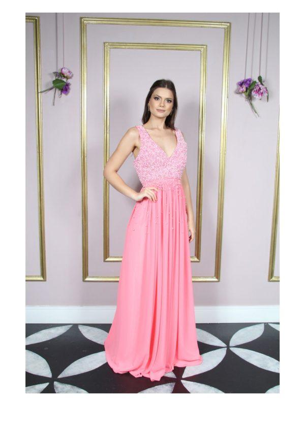 Vestido de festa madrinha, rosa, decote V, com alça larga, bordado com pérolas no busto e saia godê.