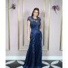 Vestido de festa madrinha, azul marinho, decote redondo com renda aplicada bordada, manga curta e corpo sereia em crepe