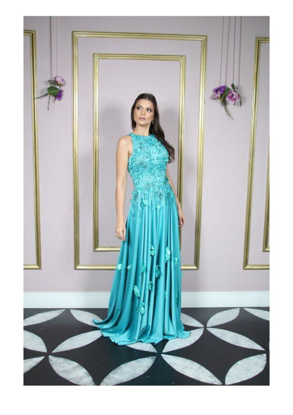 Vestido de festa madrinha, verde esmeralda, decote frente única, detalhes de flores de tecido aplicadas e renda bordada, saia godê com aplicações
