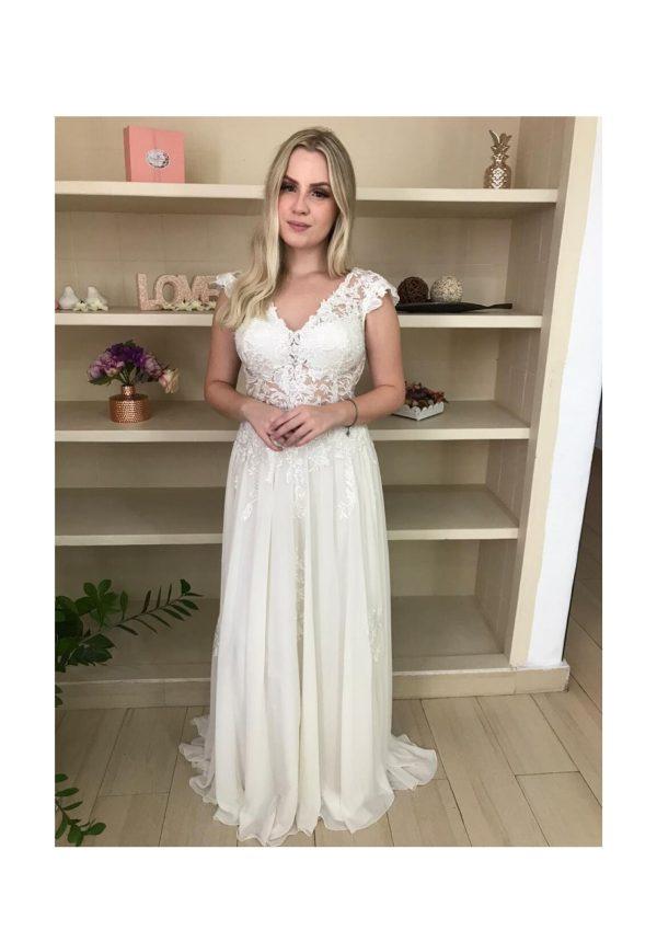 Vestido de noiva estilo boho, chic, com busto bordado e saia evasê com aplicações de renda e faixa delicada na cintura, off white