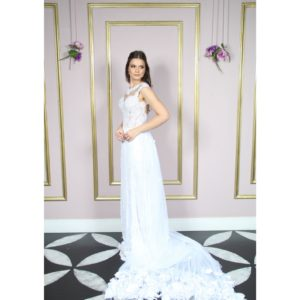 Vestido de noiva com busto de renda bordada e saia renda