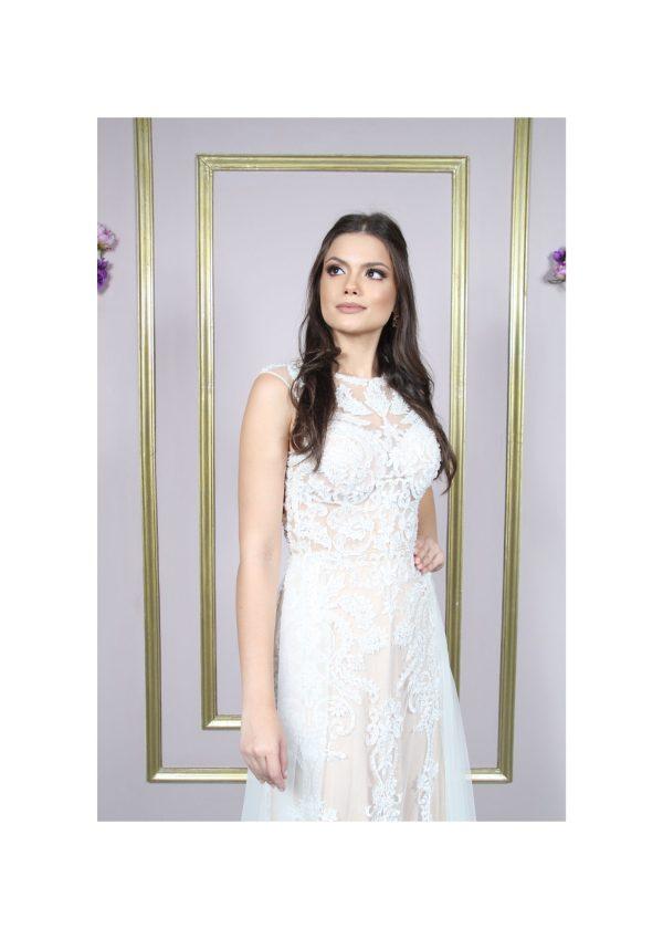 Vestido noiva com renda arabesco bordada, com fundo cor de pele e cauda sobreposta