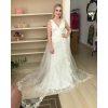 Vestido de noiva off white rendado sereia, com busto rebordado com pedrarias e cauda sobreposta com barrado aplicado