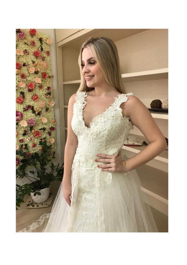 Vestido de noiva, estilo boho chic moderno, com aplicações no busto, mangas, barra e cauda. Off white
