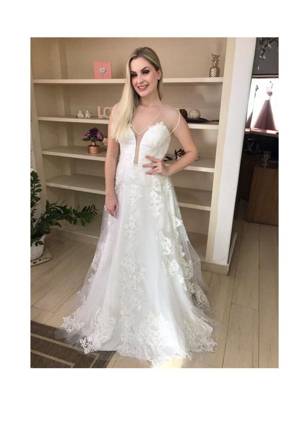 Vestido de noiva com decote vazado, com aplicação de renda arabesco e pedrarias, detalhe do decote, mangas e saia em tule poá. Categorias: Noiva, Noiva