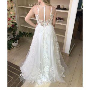 Vestido de noiva com decote vazado, aplicação de renda