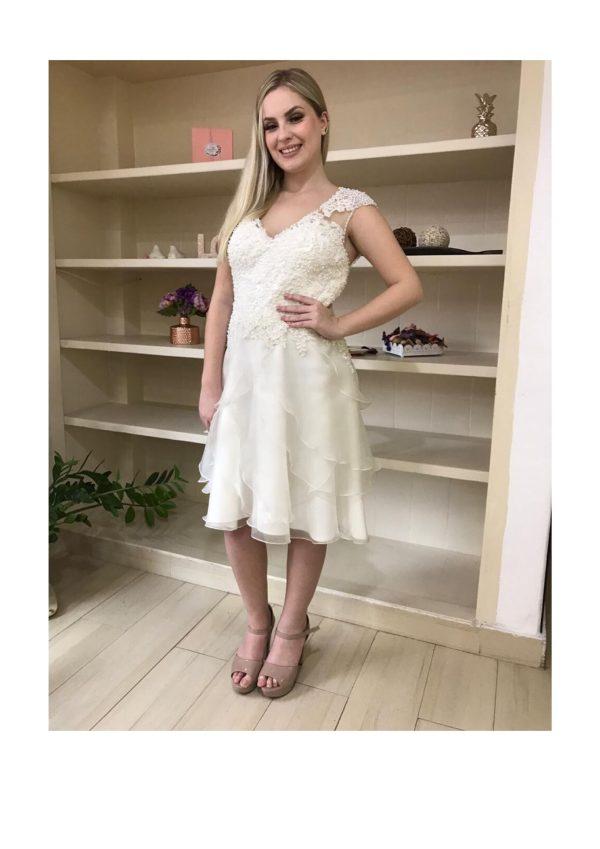Vestido de noiva midi, com saia em camadas de organza com busto de renda bordado com pérolas e cristais