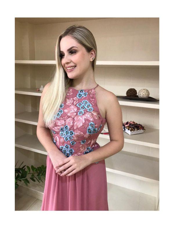 Vestido de festa, na cor rosê antigo, frente única com alça cruzada nas costas com renda de flores bicolor aplicadas no busto e na saia