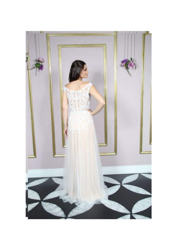 Vestido de noiva ombro à ombro semi sereia e saia de tule com arabesco bordado